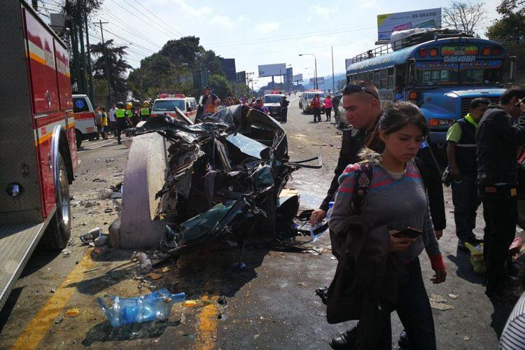 Varias personas han tenido que caminar entre los vehículos accidentados
