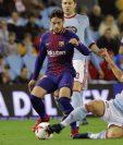 El centrocampista danés del Celta de Vigo, Daniel Wass, pugna por un balón con el delantero del Barcelona José Arnáiz. (Foto Prensa Libre: EFE)