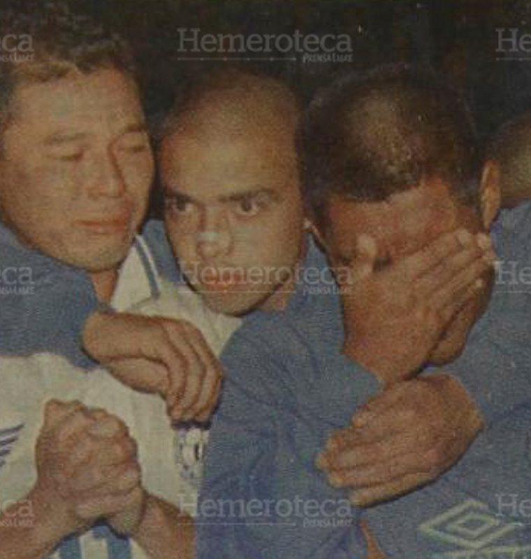 Los seleccionados guatemaltecos Marlon Iván León y Juan Carlos Plata, en los extremos, lloran al enterarse de la tragedia. Son consolados por su compan?ero Martín Alejandro Machón. (Foto : Hemeroteca PL)