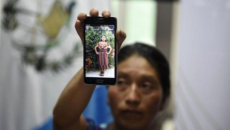 Una tía de Claudia Patricia Gómez González muestra una fotografía de la joven migrante que murió el 23 de mayo del 2018. (Foto Prensa Libre: Hemeroteca PL)
