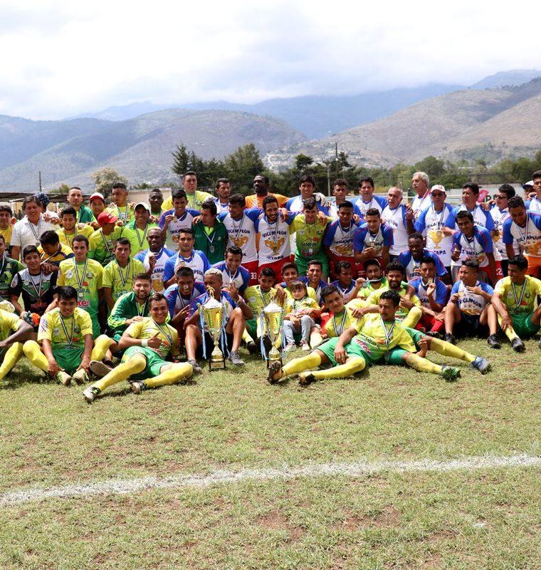 Los jugadores de Chiantla e Iztapa posaron juntos con los trofeos de campeón y subcampeón de la Primera División. (Foto Prensa Libre: Mike Castillo)