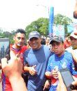 Juan Carlos Plata comparte con los aficionados escarlatas. (Foto Prensa Libre: Edwin Fajardo)