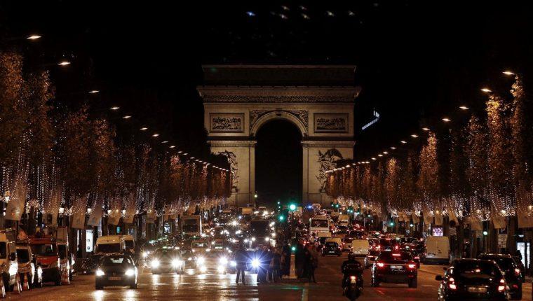 Vista de los Campos Elíseos y el Arco del Triunfo en París, Francia. Ese país es la capital mundial del turismo. (Foto Prensa Libre: AFP).