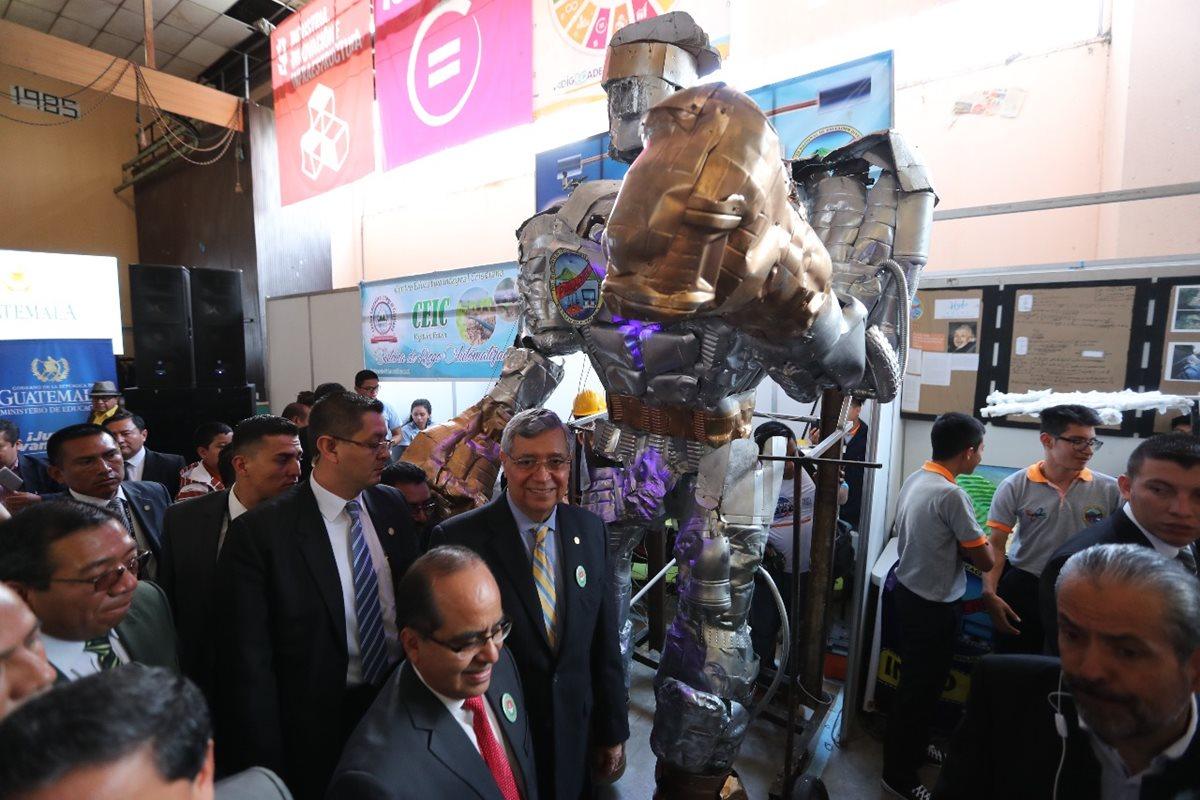 Estudiantes presentaron sus proyectos, como este robot gigante creado con desechos. A la inauguración de la feria llegó el vicepresidente Jafeth Cabrera (c). (Foto Prensa Libre: Érick Ávila)