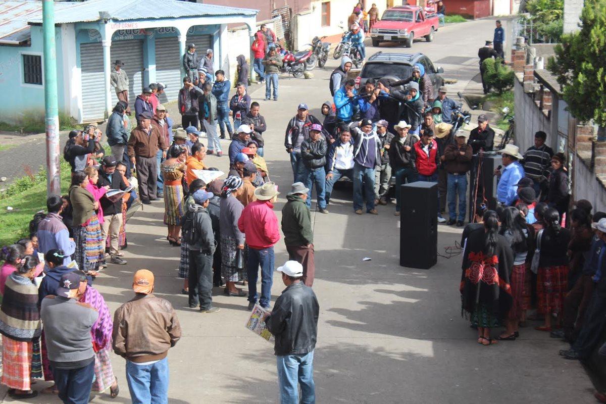 El paso de vehículos en el km 152 de la ruta a Santa Clara La Laguna, Sololá, permaneció bloqueado por pobladores. (Foto Prensa Libre: Ángel Julajuj)