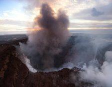 Vista aérea del humo que emerge del cráter Pu'u O'o en la isla de Hawai, EE.UU. El suelo del cráter se derrumbó el 1 de mayo y, desde entonces, continúa con la erosión de las paredes. (Foto Prensa Libre:EFE).