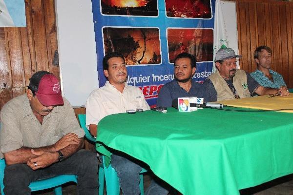Ambientalistas y autoridades del Conap hicieron público su rechazo a las acciones   contra   dos empleados de esa entidad.