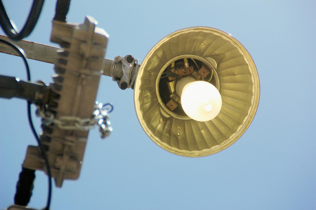 Lámparas de alumbrado público permanecen encendidas durante el día