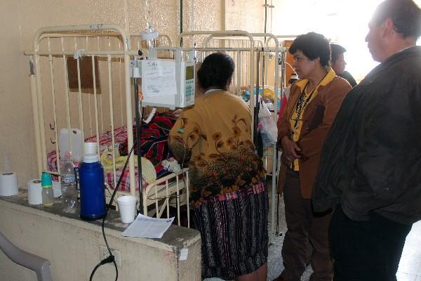 La auxiliar de la PDH   dialoga con pacientes.