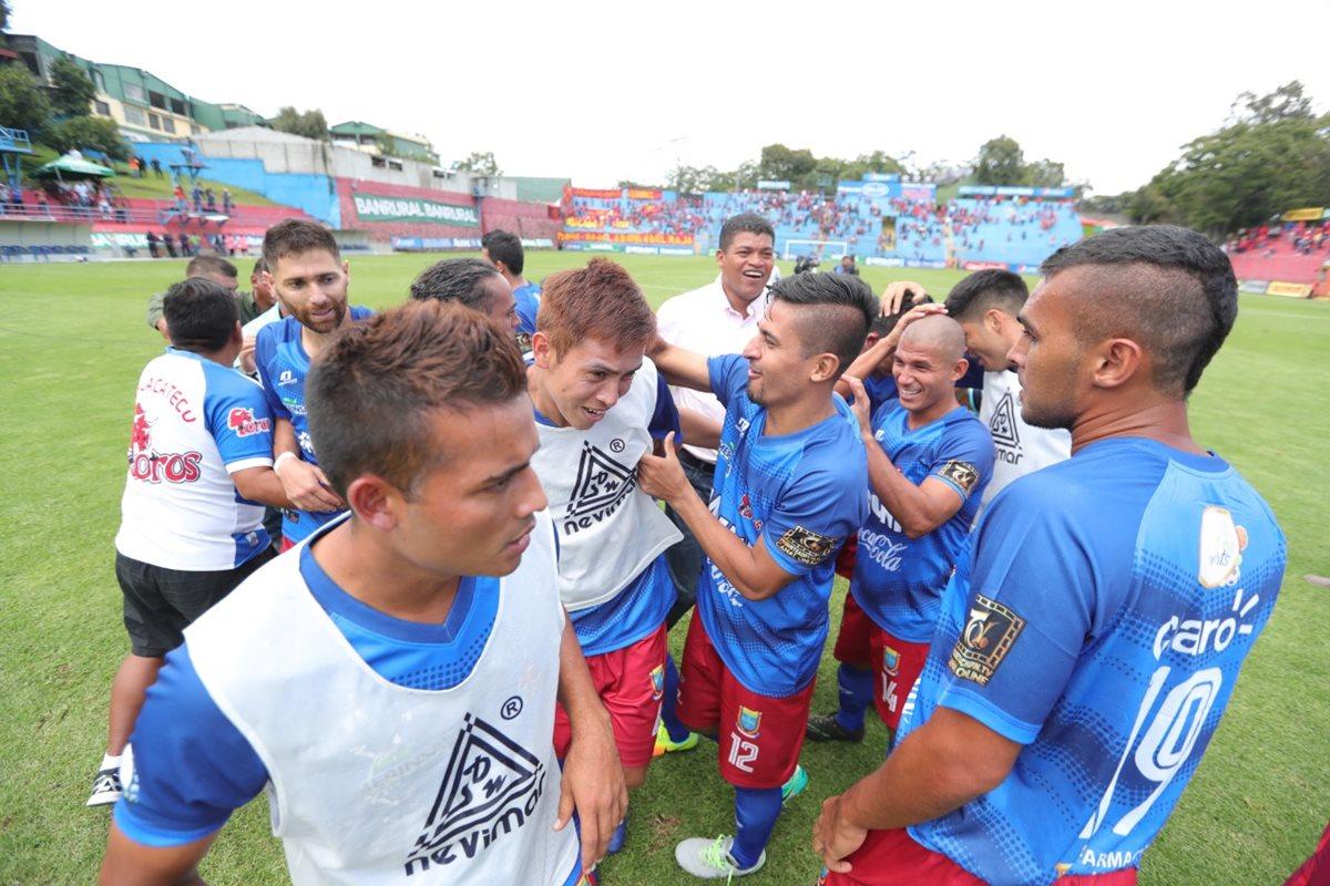 Ronald Gómez celebra con los jugadores de Malacateco después de la victoria del cuadro de los Toros 3-4 contra Municipal. (Foto Prensa Libre: Óscar Rivas)
