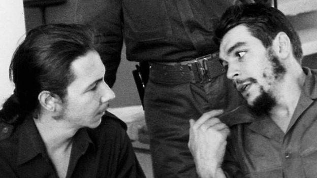Raúl Castro (izq.) y el Che, en 1960. AFP
