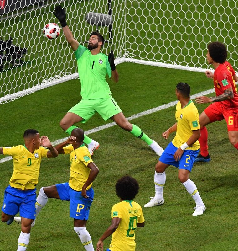 Allisson no pudó detener el balón después del cabezazo de Fernandinho. (Foto Prensa Libre: AFP)
