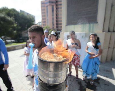 Trasladar el fuego patrio en antorchas es una tradición que cuenta con muchos seguidores y detractores en Guatemala. (Foto Prensa Libre: Hemeroteca PL)