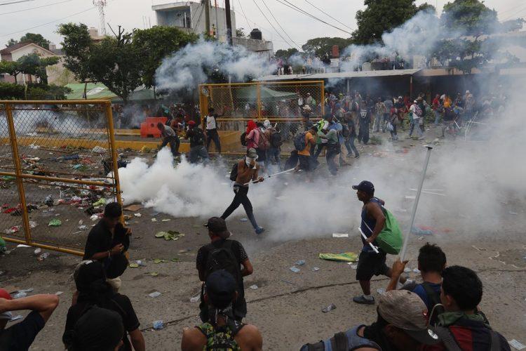 Los agentes de la Policía Nacional Civil lanzaron gases a los migrantes.