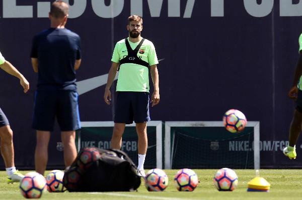 Gerard Piqué ha generado polémica en más de una ocasión por enviar mensajes dedicados al Real Madrid. (Foto Prensa Libre: EFE)