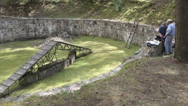 En Polonia, descubrieron un túnel cavado con cucharas por prisioneros judíos en la Segunda Guerra Mundial. (AP)