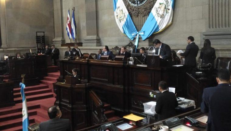 El diputado Marvin Orellana increpa a los miembros de la Junta Directiva. (Foto Prensa Libre: Carlos Álvarez)