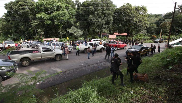 Cuerpos de socorro, voluntarios y periodistas permanecen cerca del área de impacto de la erupción del Volcán. (Foto Prensa Libre: Paulo Raquec)