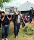 Pobladores de Chiantla, Huehuetenango, llevan en hombros el ataúd con el cuerpo del menor Gilberto Ramos, para inhumarlos en el cementerio de ese municipio. (Foto Prensa Libre : Mike Castillo)