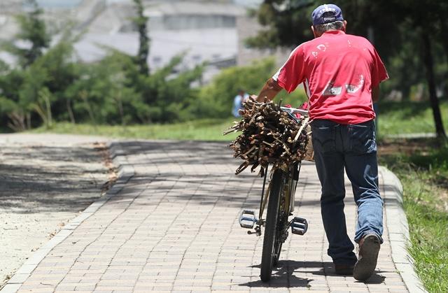 Un vecino que usa la bicicleta como medio de transporte para su trabajo, utiliza la ciclovía en el bulevar San Cristóbal, una pista de 2 kilómetros de longitud que está destinada para el deporte y la recreción. (Prensa Libre: Érick Ávila)
