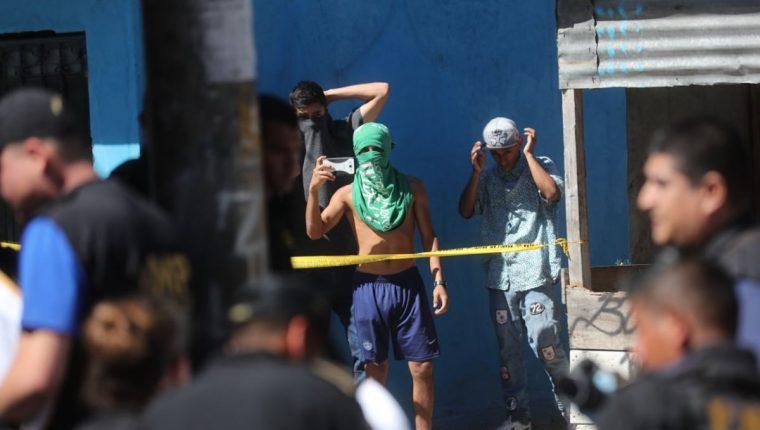 Hombres con rostros cubiertos grabaron y tomaron fotografías a los fiscales del MP y elementos de las fuerzas de seguridad. (Foto Prensa Libre: Érick Ávila)