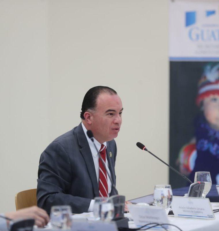 El ministro de Agricultura, Mario Méndez, explica sobre la falta de presupuesto de la cartera para atender la emergencia generada por la canícula prolongada de este año. (Foto Prensa Libre: Érick Ávila)