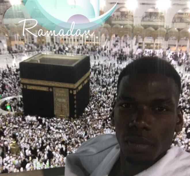 Paul Pogba colgó en sus cuentas de redes sociales su peregrinación a La Meca. (Foto Prensa Libre: Twitter Paul Pogba)