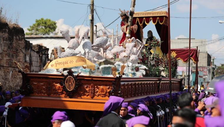 Procesión de Jesús de las Tres Potencias, minutos después de haber salido del templo. (Foto Prensa Libre: Álvaro Interiano)
