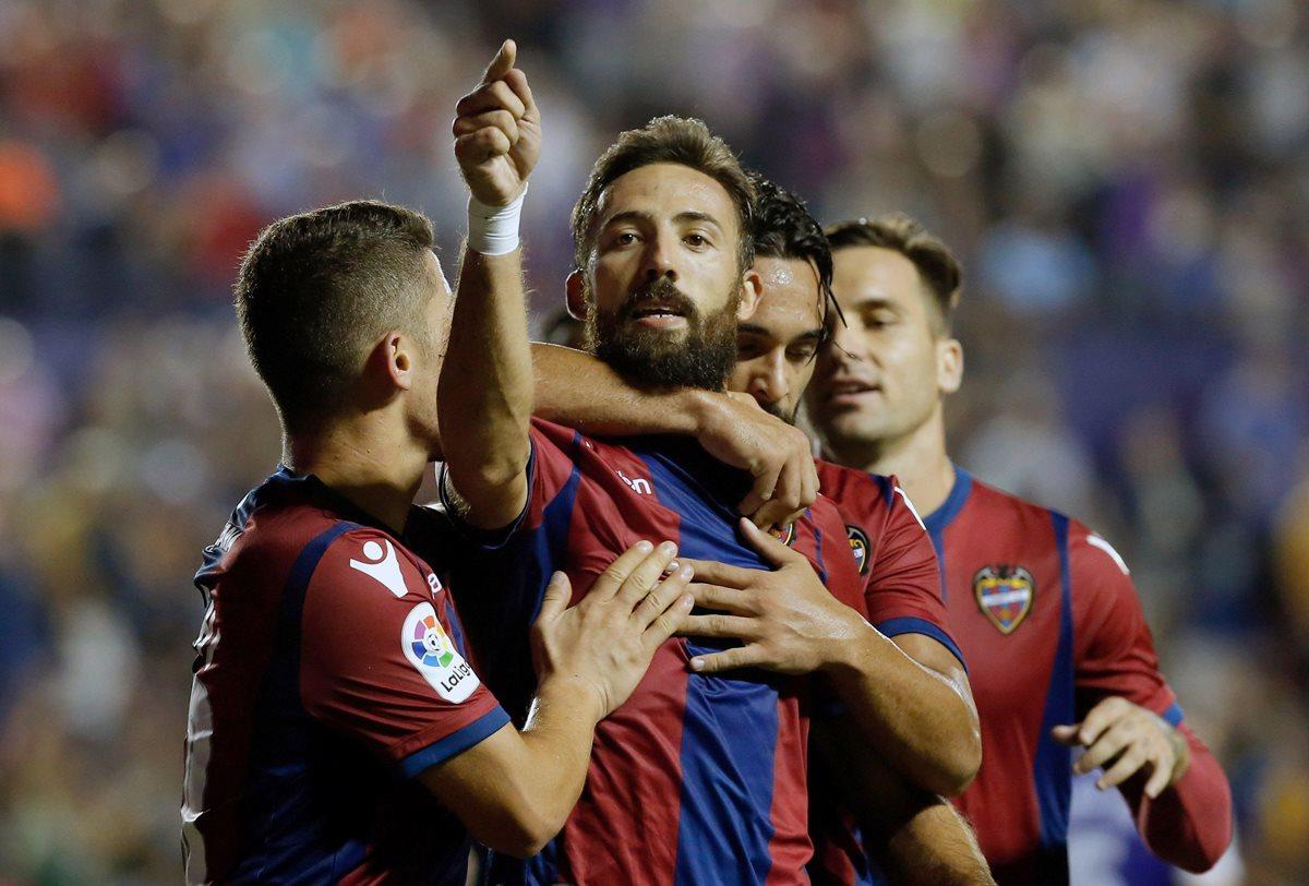 José Luis Morales (al centro) del Levante, celebra su gol, segundo del equipo ante la Real Sociedad.(Foto Prensa Libre: EFE)