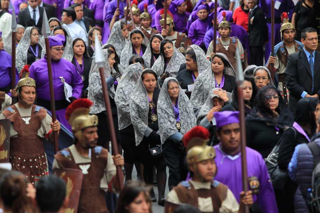 Cientos de feligreses participan en la procesión del Nazareno de la Justicia.