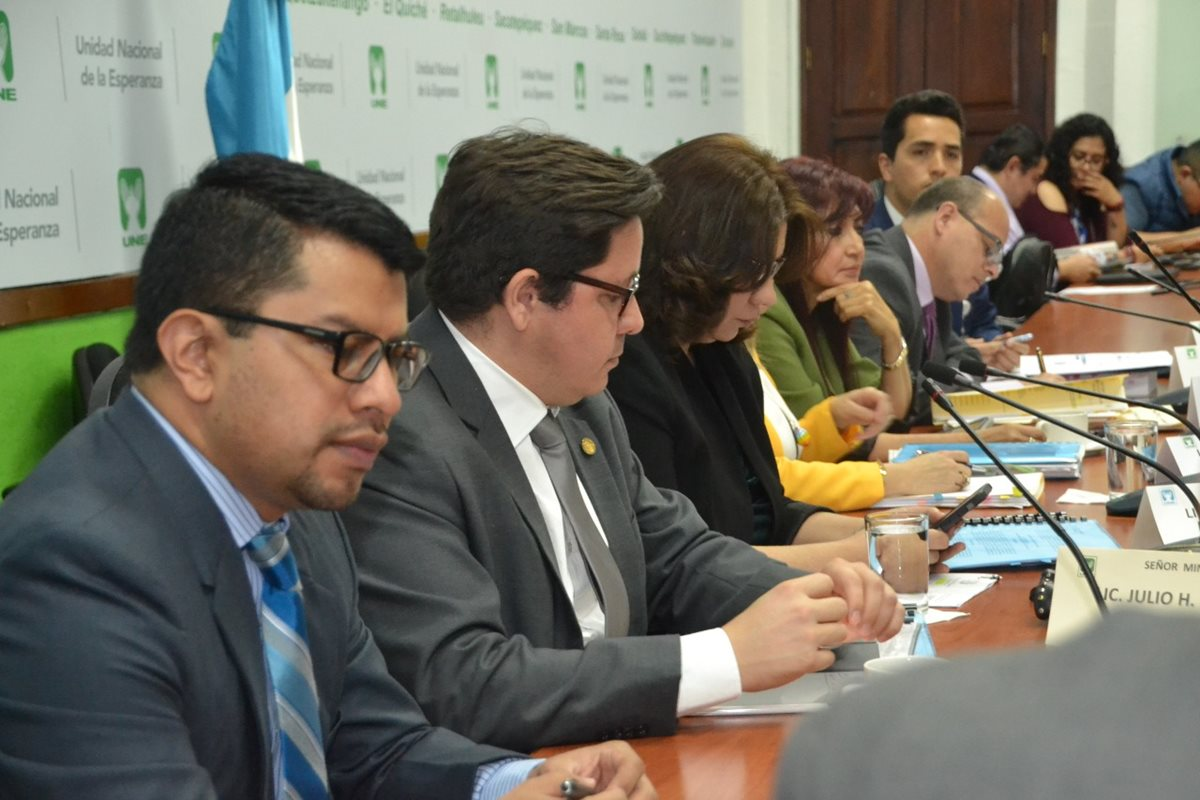 Funcionarios de la SAT, Minfin y Contraloría acudieron a la citación de la UNE. (Foto Prensa Libre: José Castro)