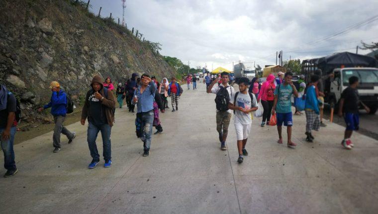 Los migrantes hondureños continúan su paso hacia la frontera de México con Estados Unidos, donde el presidente Donald Trump ha amenazado con cerrar el paso con militares. (Foto Prensa Libre: Érick Ávila)