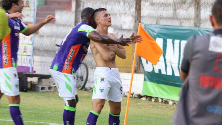 Fabián Castillo festeja luego de marcar el gol que le dio el triunfo a Antigua GFC. También fue amonestado por quitarse la camisola. (Foto Prensa Libre: Renato Melgar)