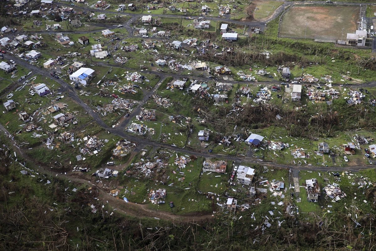 Puertorriqueños a oscuras 10 días después del paso de huracán
