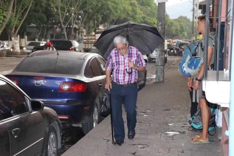 Personas se cubren de la lluvia de ceniza en las calles de Antigua Guatemala, Sacatepéquez.