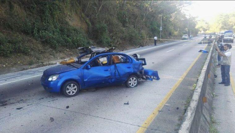 En una de las principales carreteras de El Salvador estalló un vehículo con reporte de robo. (Foto Prensa Libre: La Prensa Gráfica)