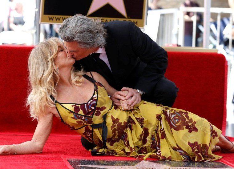 Los actores Kurt Russell y Goldie Hawn, quienes forman una de las parejas más longevas y respetadas del cine estadounidense, se besan tras desvelar el 5 de mayo sus estrellas en el Paseo de la Fama de Los Ángeles, California, Estados Unidos. MARIO ANZUONI / REUTERS