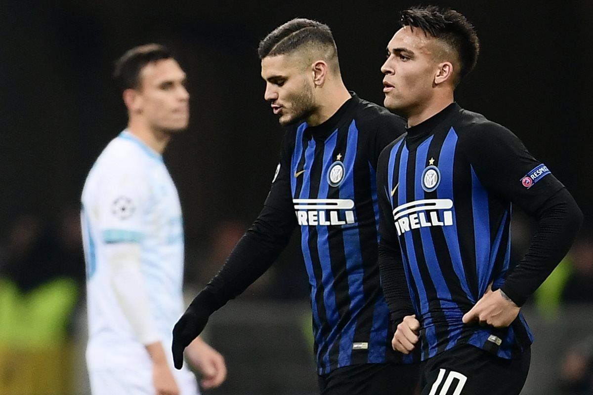 Mauro Icardi y Lautaro Martínez lucen desilusionados después de que el Inter de Milán quedó eliminado de la Liga de Campeones de Europa. (Foto Prensa Libre: AFP)