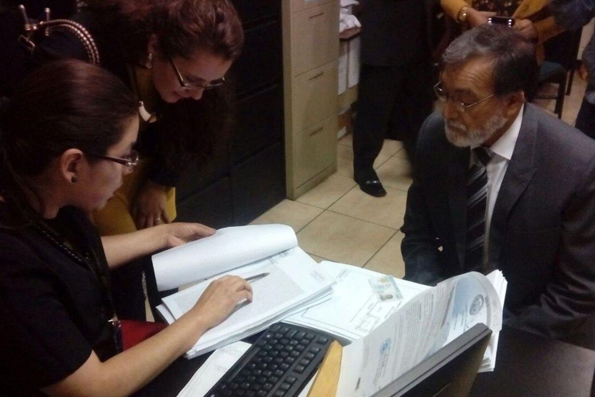 El alcalde Luis Grijalva presentó la denuncia en el Ministerio Público por supuesta usurpación de terrenos. (Foto Prensa Libre: María José Longo)
