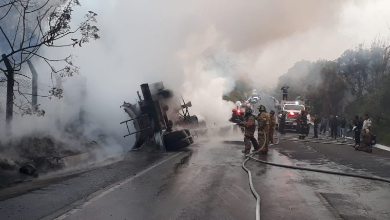 Una cisterna de combustible se incendió en la RN 14. (Foto Prensa Libre: Cortesía)