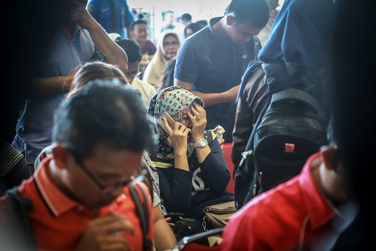Familiares de las víctimas lloran al enterarse de la tragedia. (Foto Prensa Libre: AFP)