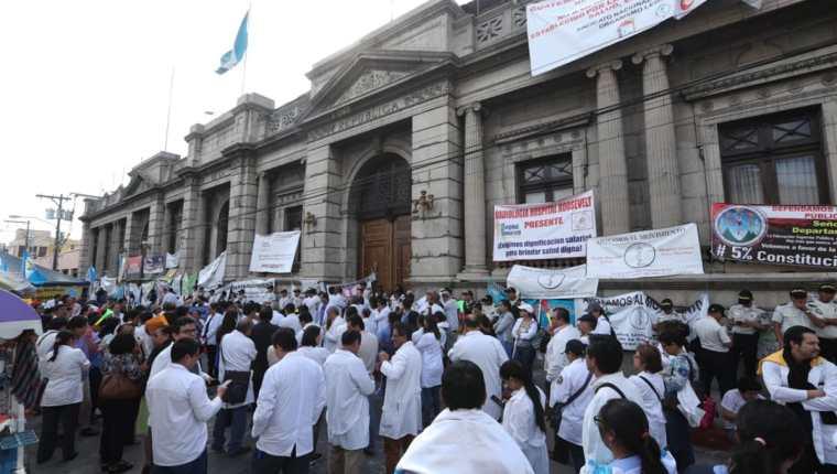 Médicos llevan más de una semana afuera del Congreso como medida de presión para que se asigne más presupuesto a la cartera de Salud. (Foto Prensa Libre: Esbin García)