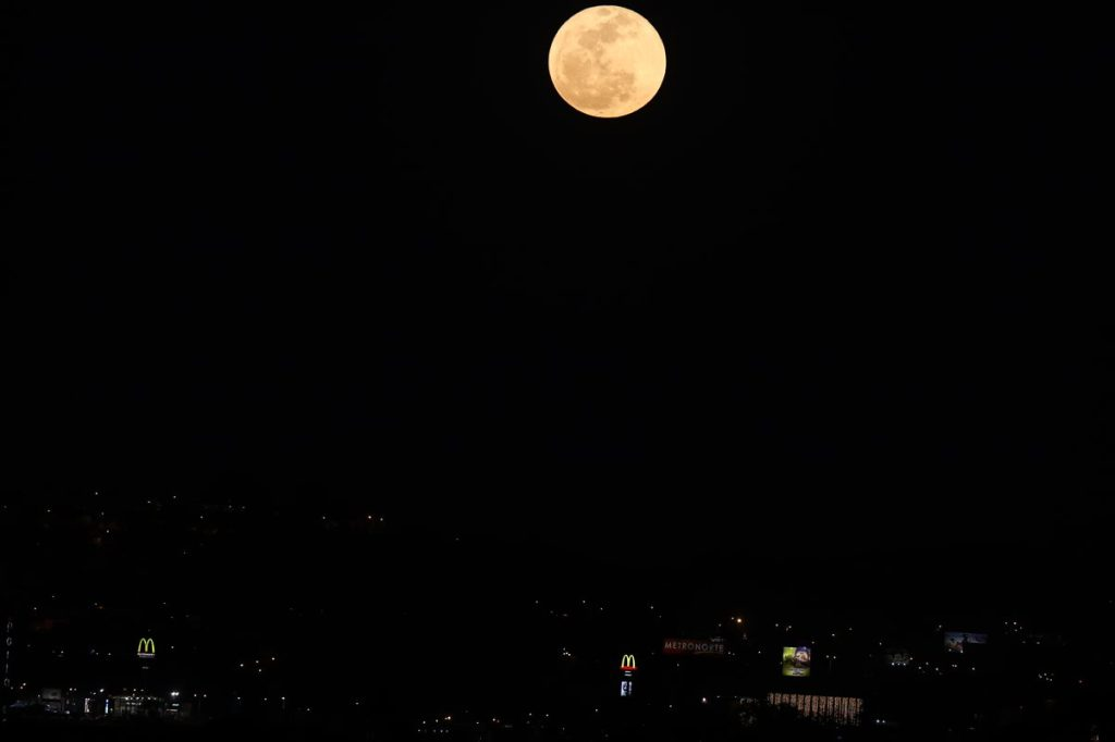 Así se observó la luna llena de esta noche, sobre la ciudad de Guatemala.