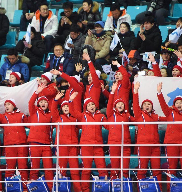 Las animadoras motraron una bandera unificada de las dos Coreas.   (Foto Prensa Libre: AFP)