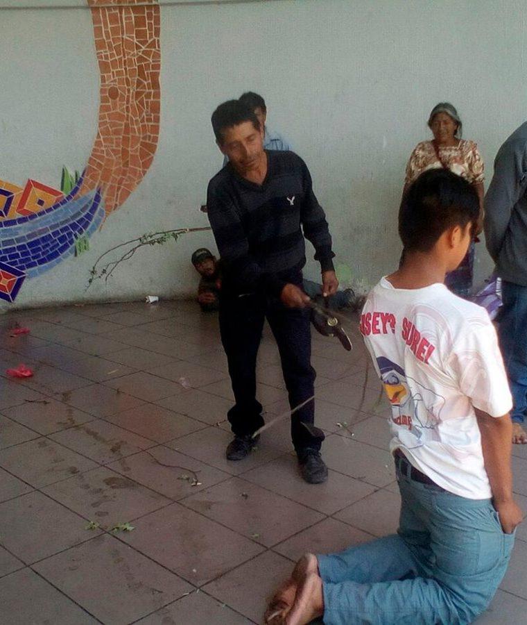 El castigo comunitario no es bien visto por la auxiliatura de la PDH de Quiché. (Foto Prensa Libre: Héctor Cordero)