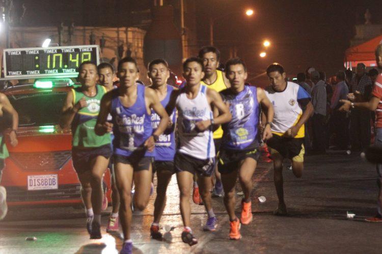 El grupo de corredores de élite encabezan la competencia.