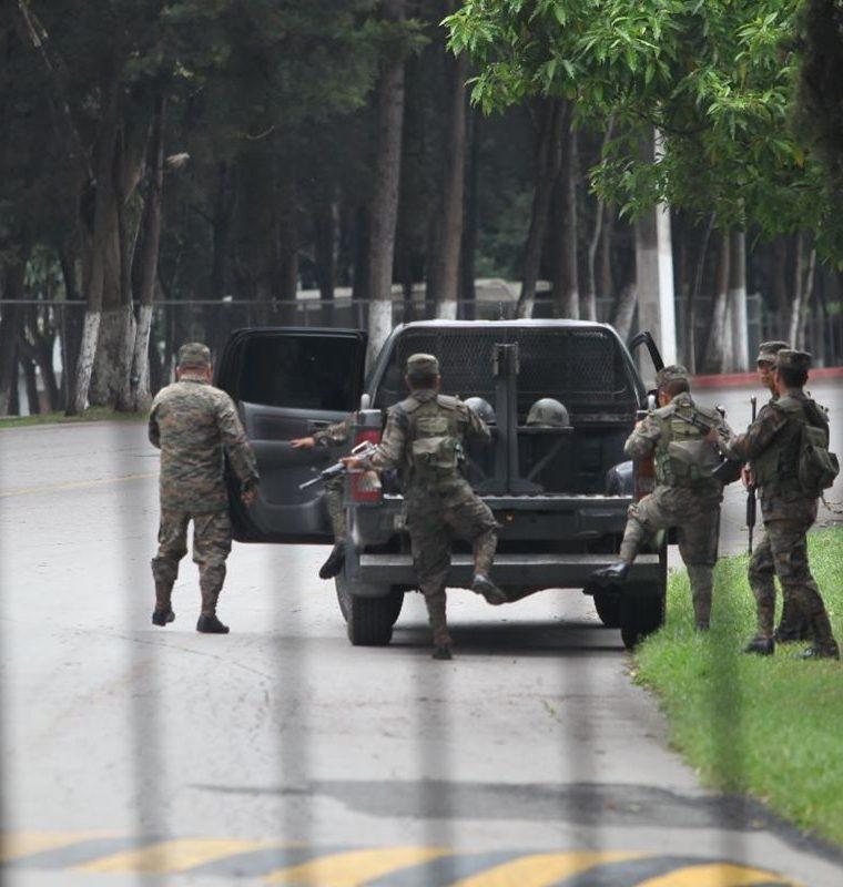 Autoridades buscan a Marixa Lemus, La Patrona, dentro de las instalaciones. (Foto Prensa Libre: Estuardo Paredes)