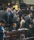 Diputados conversan al inicio de la sesión ordinaria. (Foto Prensa Libre: Álvaro Interiano)