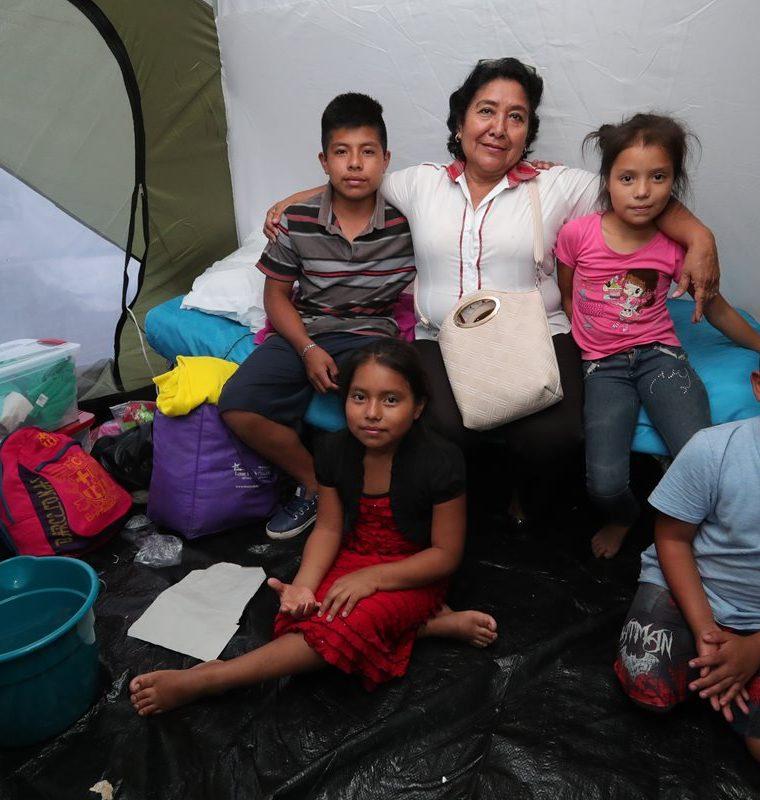 Marisol Contreras, directora de la Escuela Oficial en San Miguel Los Lotes, se reunió con varios de los estudiantes. (Foto Prensa Libre: E. Paredes)