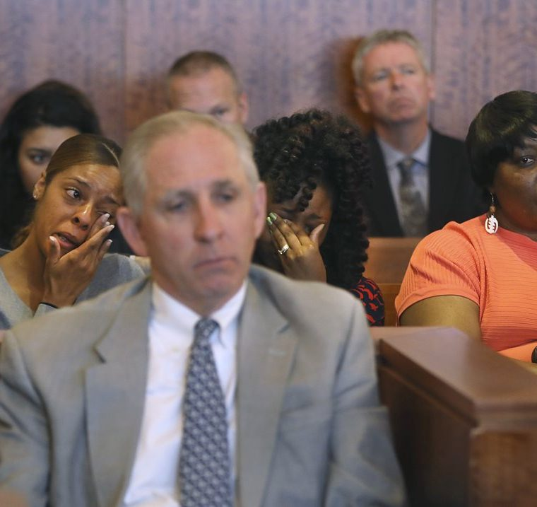 Sheneah Jenkins, (derecha) novia de Lloyd y su hermana Olivia Ward, reaccionan luego de la resolución del juez. (Foto Prensa Libre: AP)
